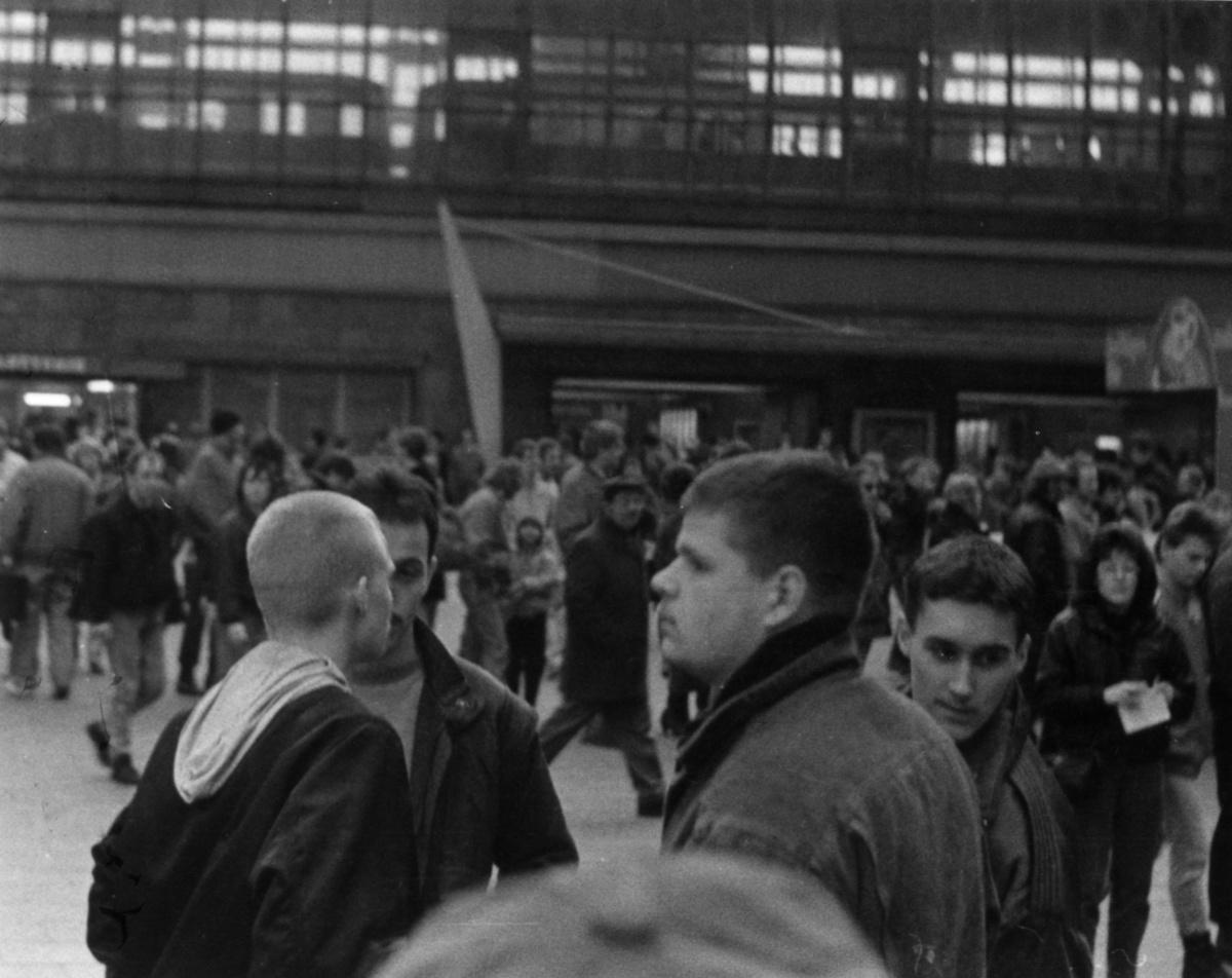 Im Vordergrund: 4 Mitglieder der Ost-Republikaner, am 30. Januar 1990 auf dem Alexanderplatz