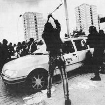 Abseits der Antifa-Demo in Lichtenberg zerstört ein Demonstrant eine Auto von CAMEL, voll mit Zigaretten.