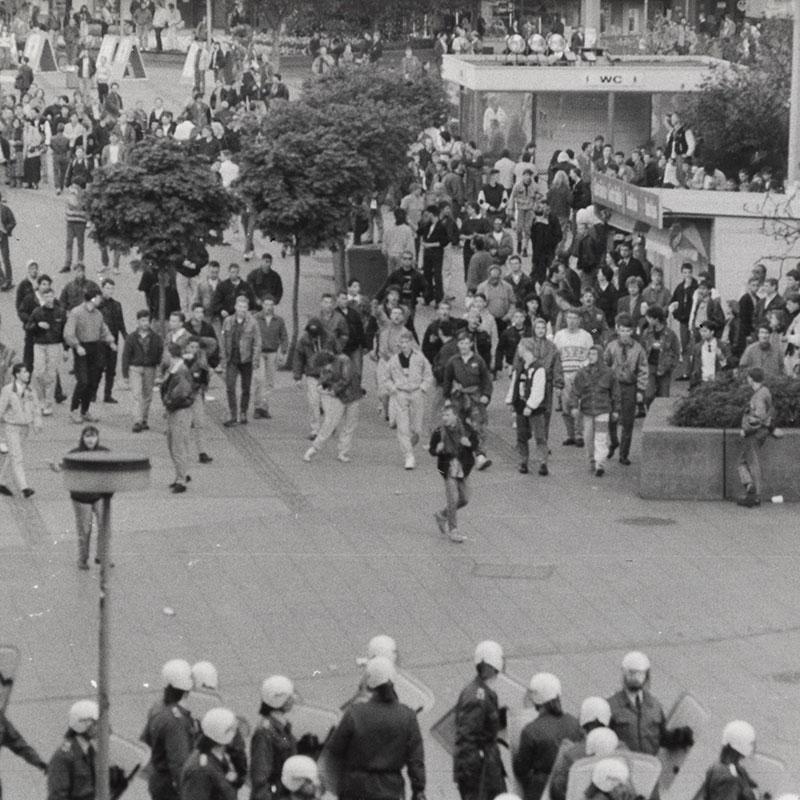 24. März 1990, Ost-Berlin: Nazi-Hools des Berliner Fußballclub Dynamo (BFC) randalieren nach einem Punktspiel auf dem Alexanderplatz. Bildquelle: Archiv Zeitschrift telegraph