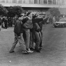 24. März 1990, Ost-Berlin: Nazi-Hools des Berliner Fußballclub Dynamo (BFC) randalieren nach einem Punktspiel auf dem Alexanderplatz