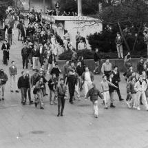 24. März 1990, Ost-Berlin: Nazi-Hools des Berliner Fußballclub Dynamo (BFC) randalieren nach einem Punktspiel auf dem Alexanderplatz.