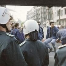 Frühjahr 1990: Volkspolizei und Hools des BFC Dynamo an der Kreuzung Ecke Schönhauser.