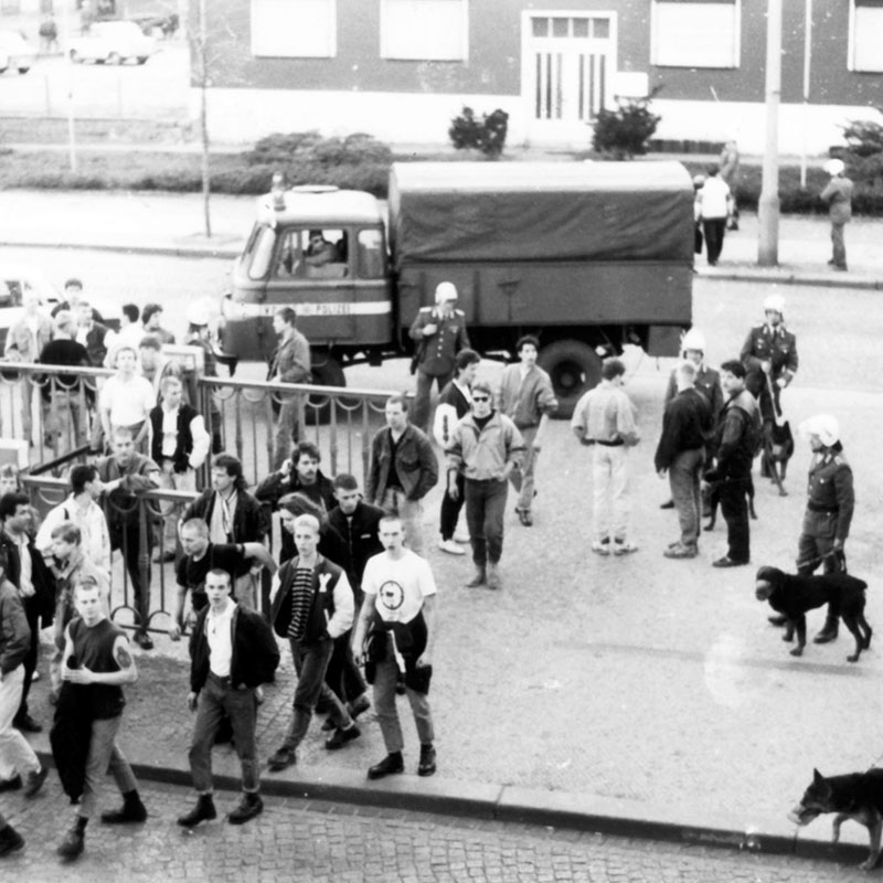 Frühjahr 1990: BFC-Hools vor dem besetzten Haus Schönhauser Allee 20/21, Fotoquelle: Archiv Zeitschrift telegraph