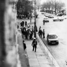 Frühjahr 1990: BFC-Hools vor dem besetzten Haus Schönhauser Allee 20/21. Die Volks Polizei schreitet nach ca. 15 Minuten ein.