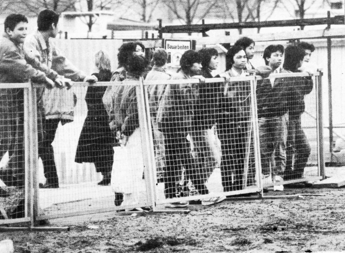 April 1990: Vietnamesinnen versuchen vergeblich die Berliner Mauer zu Oberwinden