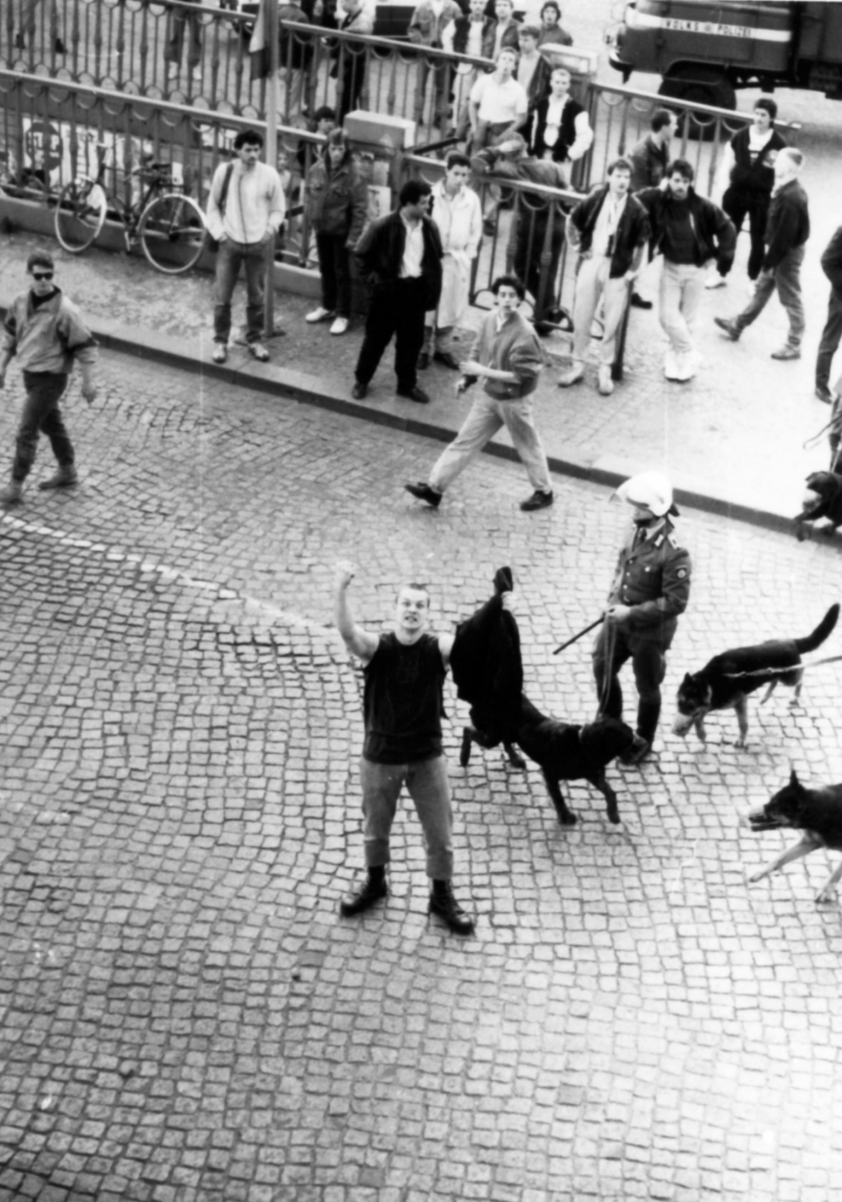 Frühjahr 1990: BFC-Hools vor dem besetzten Haus Schönhauser Allee 20/21