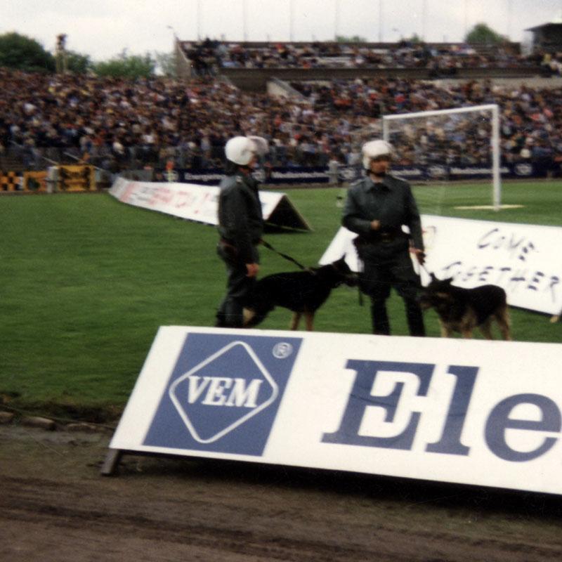 Frühjahr 1990: Volkspolizei im Ostberliner Jahn-Stadion. Bildquelle: Archiv Zeitschrift telegraph