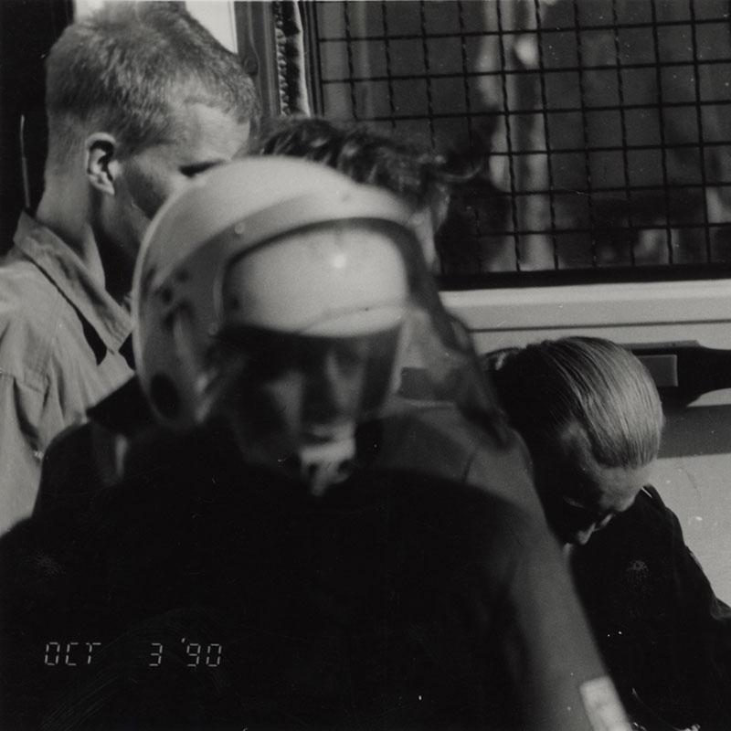 """3.10.1990: Die Neonazis Ingo Hasselbach und Günther Reinthaler werden am Rand der Demo """"Deutschland halts Maul"""" von der Polizei verhaftet."""